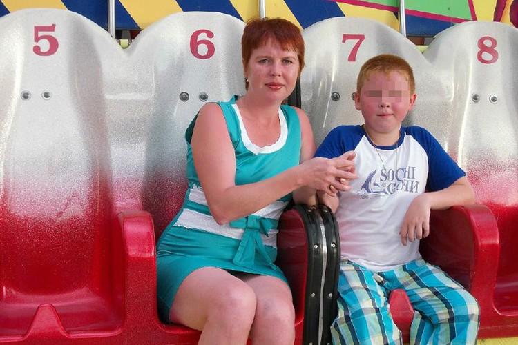 Детское фото парня, который убил свою семью, и его мамы.