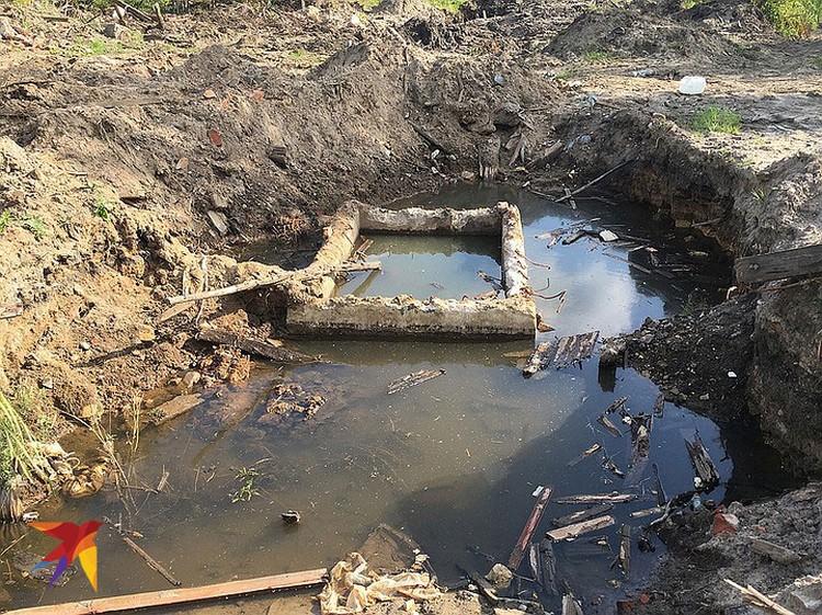 Прогуливаясь по заброшенной территории, следует проявлять осторожность - разного рода ям, шахт и провалов здесь хватает.