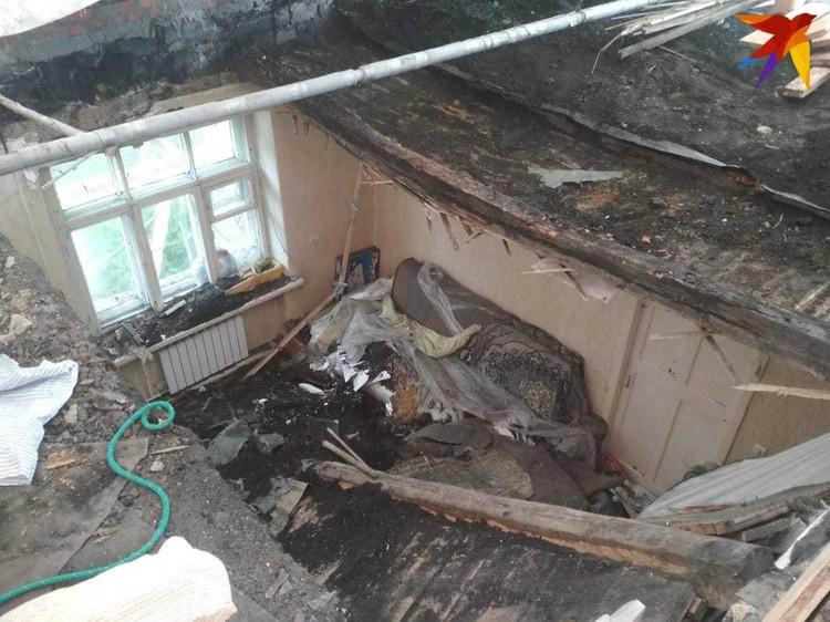 Крыша рухнула на комнату, в которой спала мать с сыном-школьником.