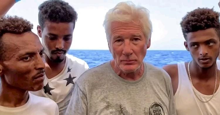 На борту судна спасателей Ричард Гир называл африканских нелегалов бедными ангелами и просил немедленно впустить их на территорию Италии.