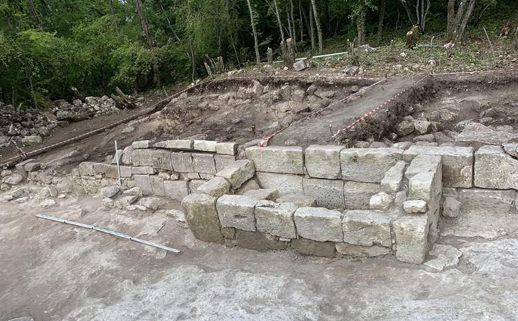 У стены храма обнаружили гробницу. Фото: пресс-служба КФУ им. В.И. Вернадского
