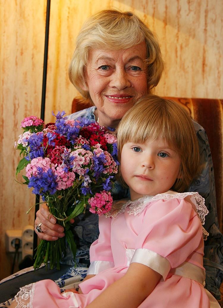 Для людей посторонних актриса и ее внучка казались абсолютно самостоятельной маленькой семьей из двух человек