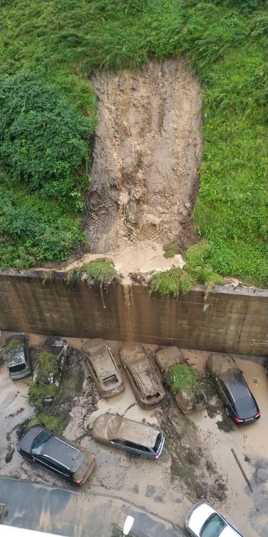 Из-за обрушения грунта на Тобольской улице пострадало семь припаркованных автомобилей.