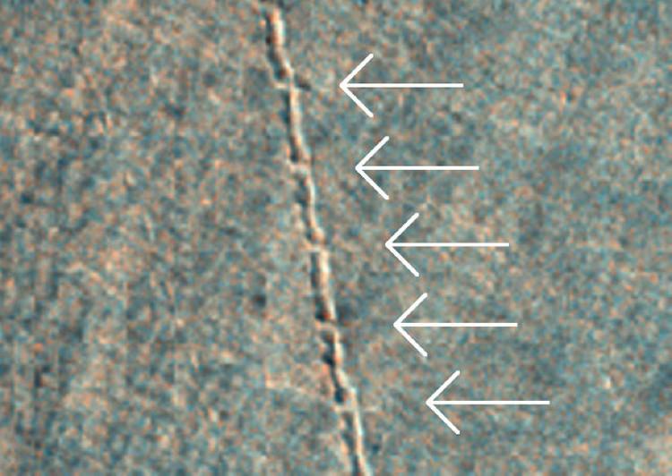 Камень странным образом оставил прерывисты следы одинаковой протяженности.