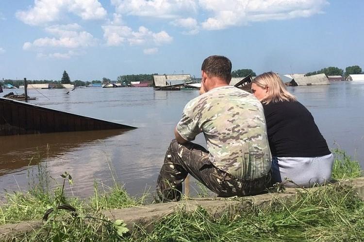 Дома жителей Тулуна не только затопило по крышу, но и снесло течением реки. Фото: Николай ТЕКАЛОВ