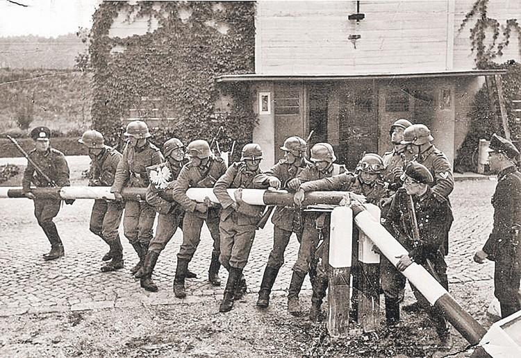 Солдаты вермахта, воспользовавшись провокацией группы СС на германо-польской границе, 1 сентября сносили шлагбаумы на погранпунктах с улыбками на лицах, еще не зная, какие потери их ждут впереди...