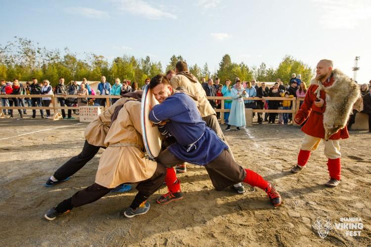 Гости смогут сами попробовать бои викингов. Фото: Александр Алексеев
