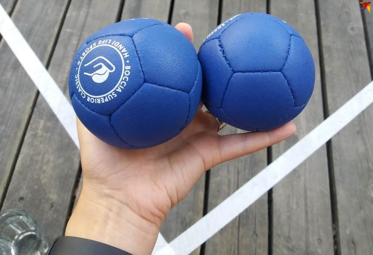 Мячи различаются по мягкости и весу. Не самый дорогой набор стоит около 750 евро.