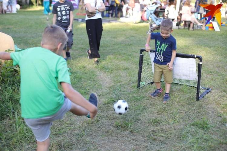 Дети на фестивале играли в мини-футбол