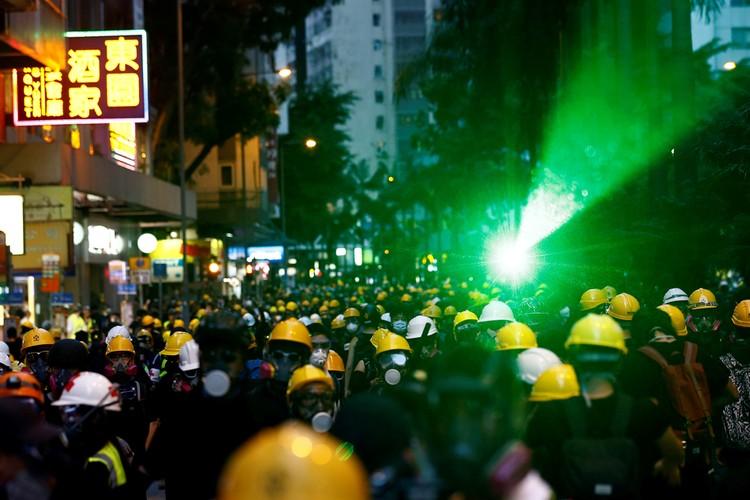 Лазеры выжигают не только матрицы камер распознавания лиц, но и глаза сотрудникам полиции.