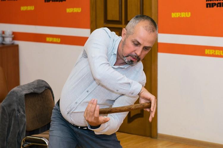 Дмитрий Шипуля: Используйте простой инвентарь. Например, короткую гимнастическую палку. Вращая ее, можно размять спину, руки