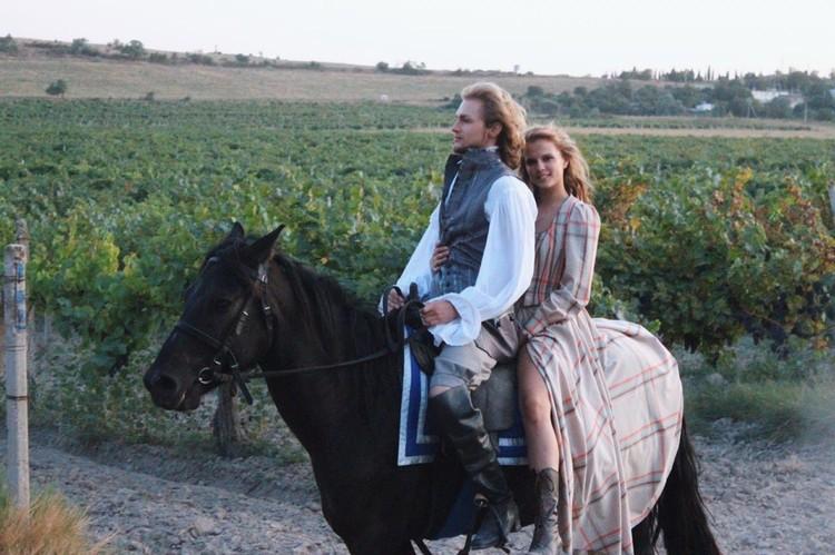 Ника Здорик и Андрей Лаптев показали хорошие навыки в конных скачках. Фото: Фильм «Гардемарины-IV»/VK