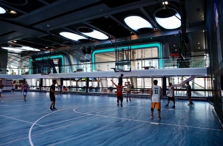 Внутри судна расположена баскетбольная площадка