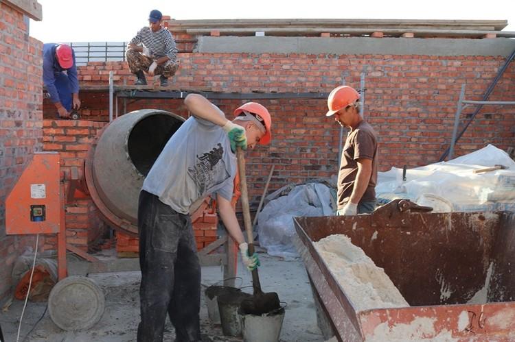 Работы на верхних этажах еще идут. Фото: администрация г. Шахты.