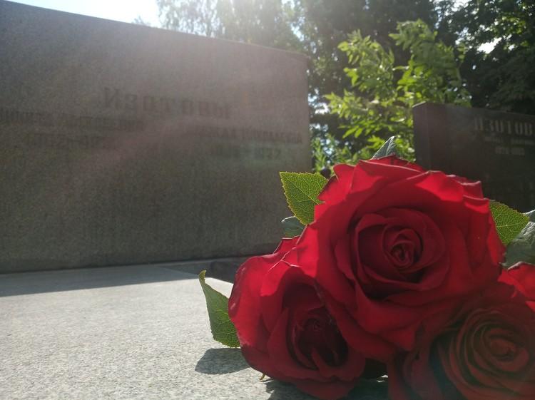 Могила Никиты Изотова в Горловке