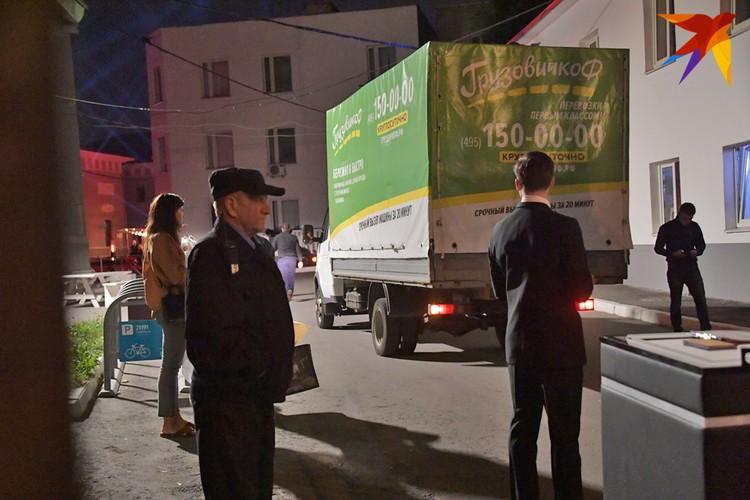 Подарки на миллионы рублей привозили на грузовиках.