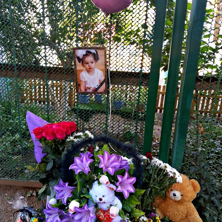 У детского сада №48 появился мемориал с фотографией Вики и венками.