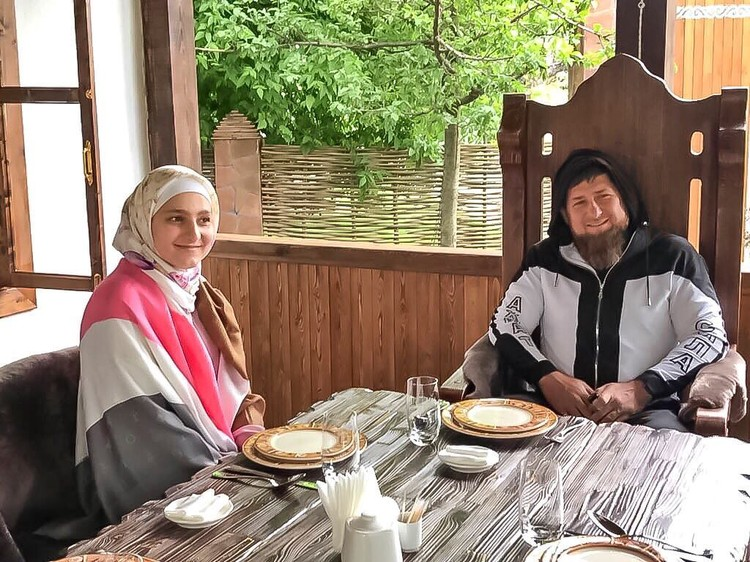 Глава Чечни в костюме от Firdaws рядом с дочерью и главой дома Айшат. Фото: Firdaws