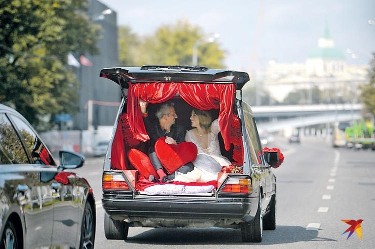 Свадебный катафалк удивил всех, но особенно маму новобрачной Людмилу Нарусову. Фото: Дмитрий СЕРГЕЕВ