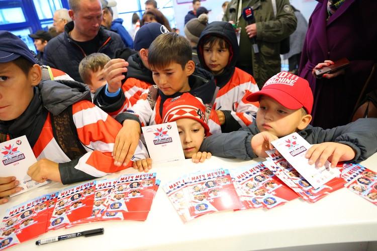 После матча за автографами к артистам и спортсменам выстроилась очередь. Фото: Амир Закиров