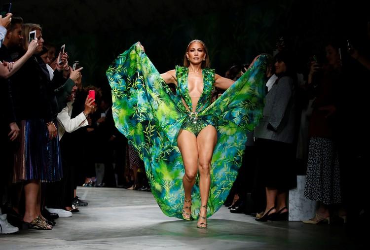 Поклонники в Инстаграме обсуждают платье Дженнифер Лопес, в котором она прошла по подиуму во время показа модного дома Versace.
