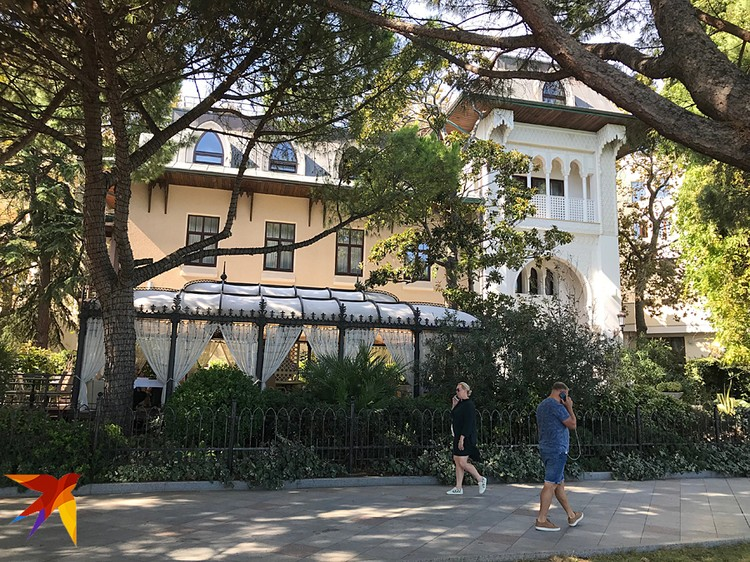 Этот исторический особняк на набережной, в самом сердце курортного города, в 2008 году приобрела София Ротару