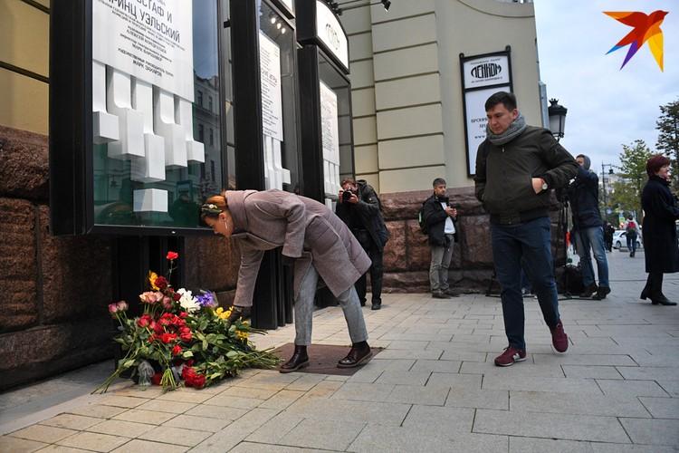 """Поклонники несут цветы к стенам театра """"Ленком"""""""