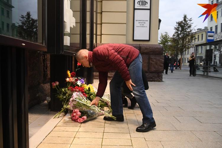 Поклонники несут цветы к стенам театра Марка Захарова