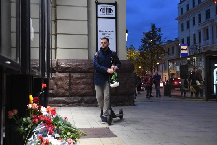 """Поклонники таланта режиссера несут цветы к театру """"Ленком"""""""