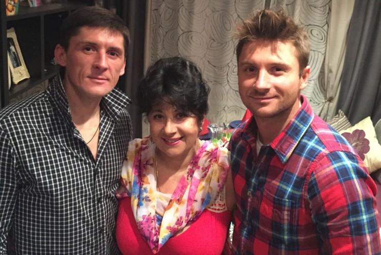 Братья Лазаревы с мамой.