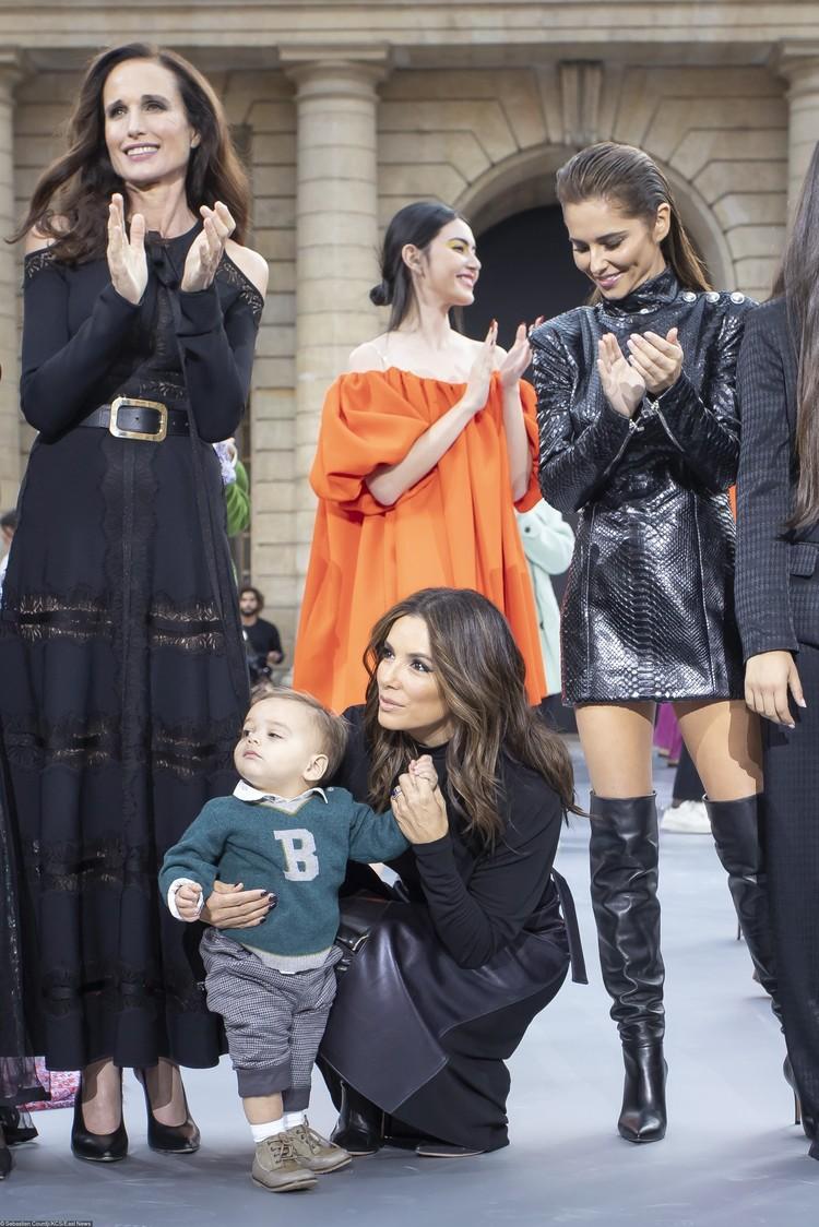 """Ева Лонгория привела на показ годовалого сына Сантьяго. Ее окружили певица Шерил Коул и звезда """"Дня сурка"""" Энди Макдауэлл."""