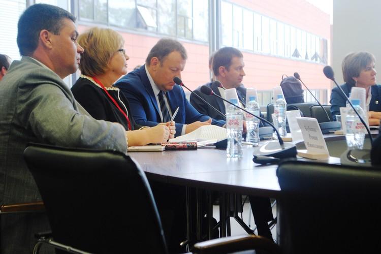 Представители Общественной палаты внимательно слушали выступающих.