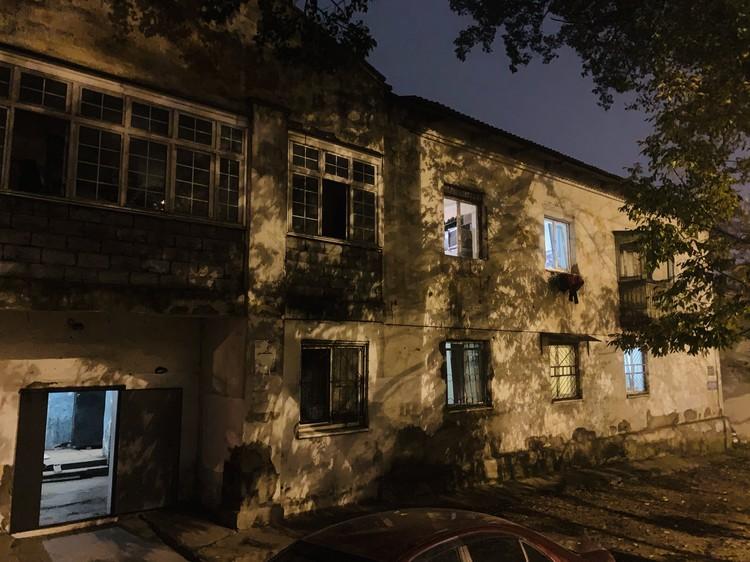 В этом доме живет 39-летний Алексей, который накануне вечером до смерти забил кондуктора трамвая