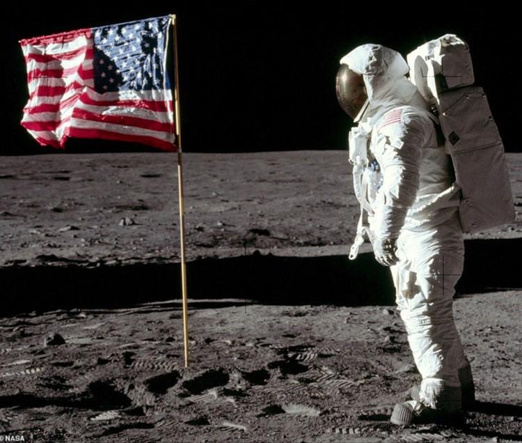 """Фото из архива NASA, которое """"проявил"""" Энди Сандерс."""