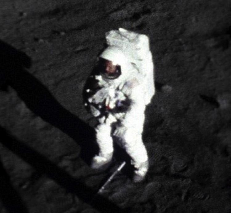 А вот и Нил Армстронг. Стоит на Луне, если кто не в курсе.