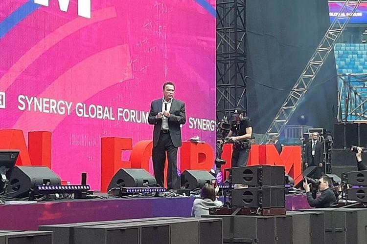 """На сцену """"Газпром Арены"""" """"железный Арни"""" вышел под узыку из """"Терминатора-2""""."""