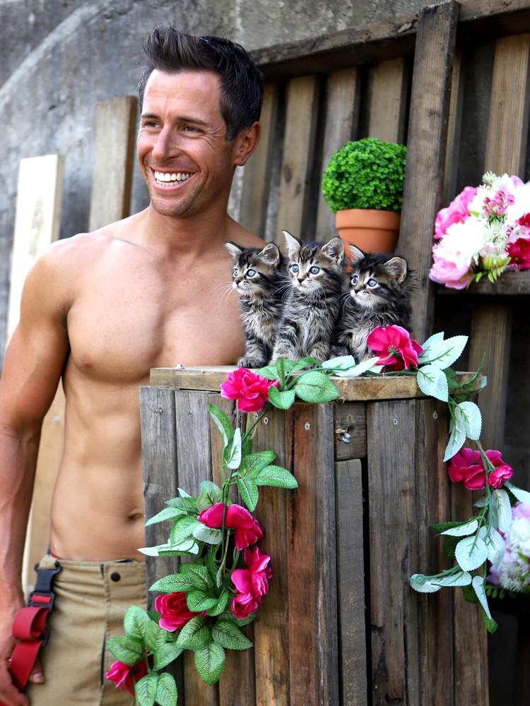 Мускулистые парни помогают еще и приютам для животных. Фото: Australian Firefighters Calendar