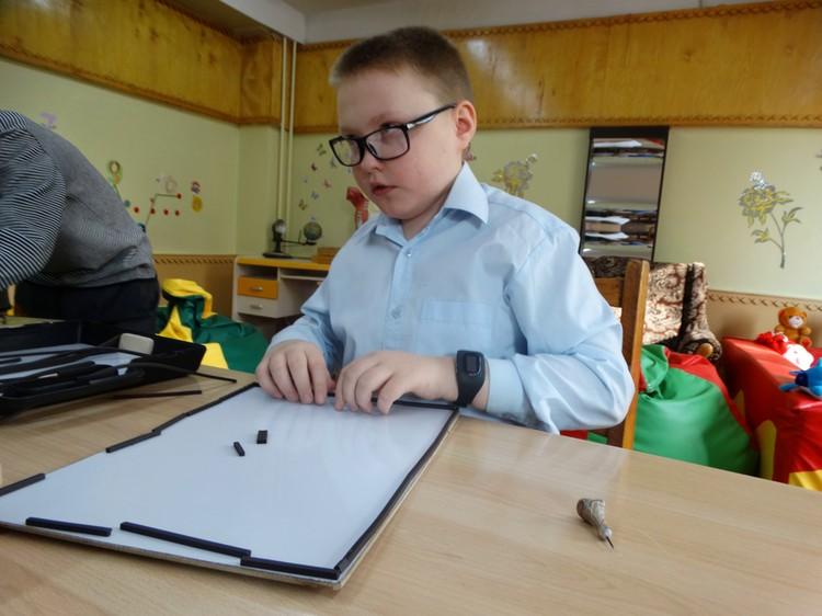 Ребята с нарушениями в сенсорной комнате учатся ориентироваться в пространстве с помощью специального прибора
