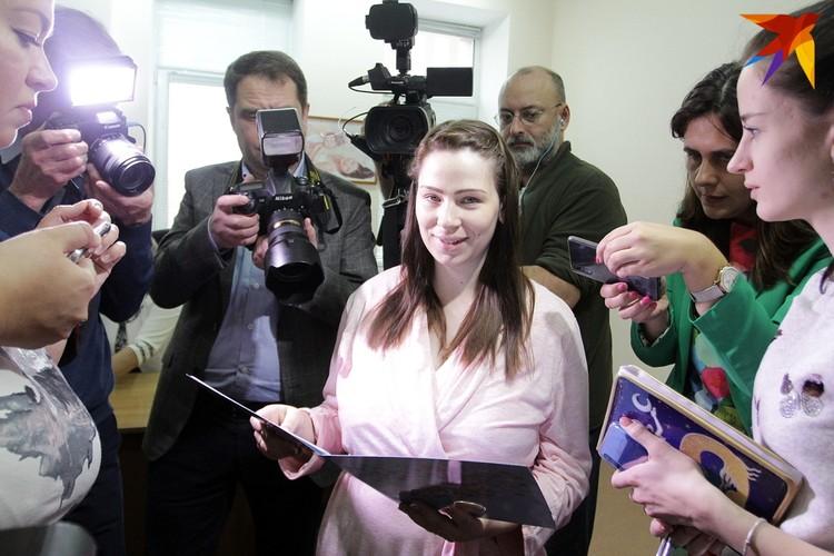 Молодую маму Анну Уткину со свидетельством о рождении сына Дмитрия обступили журналисты.