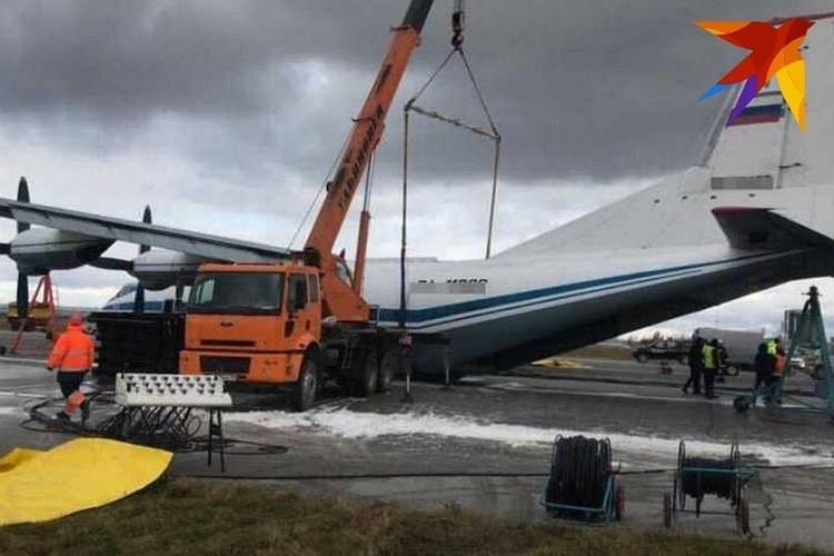 """В Кольцово начали эвакуировать аварийно севший военный самолет. Фото: Читатель """"КП"""""""