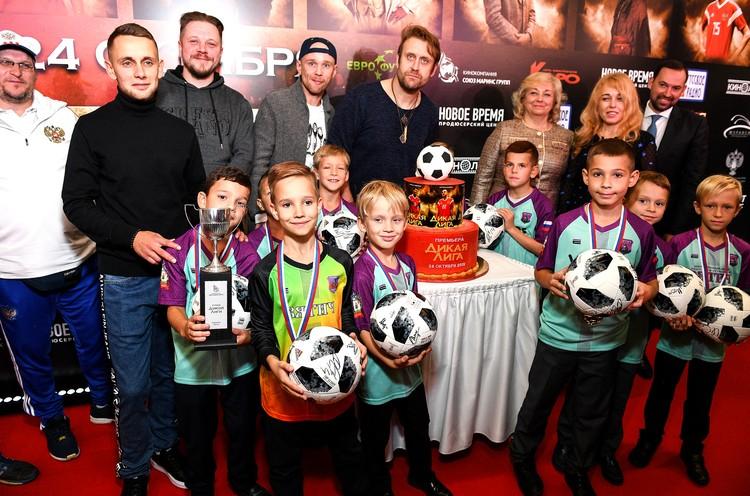 Награждение детской футбольной команды Вятич-2011 на премьерном показе фильма Дикая Лига