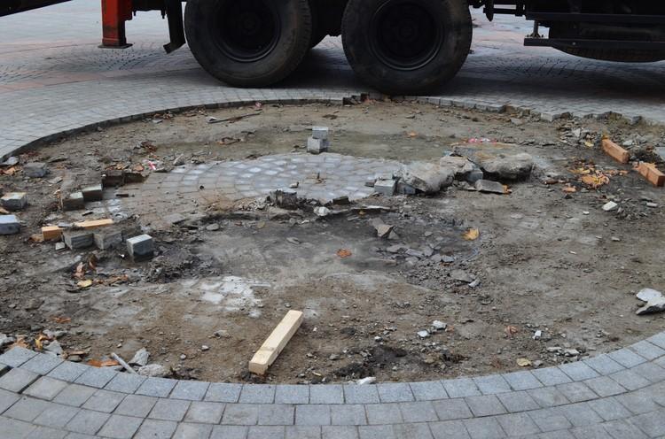 На месте «вырванного с корнями» памятника осталась зияющая рана