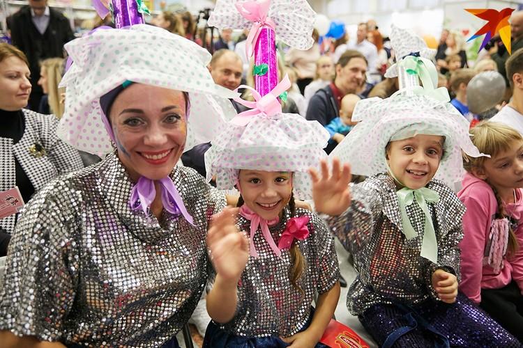 Татьяна Решетняк вместе с детьми Луизой и Аликом Хусиевыми сделали для фестиваля костюмы конфеток.