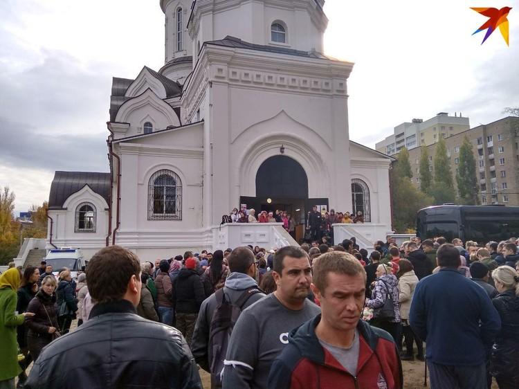 В храм смогли попасть около сотни человек, остальные ждут окончания отпевания на улице