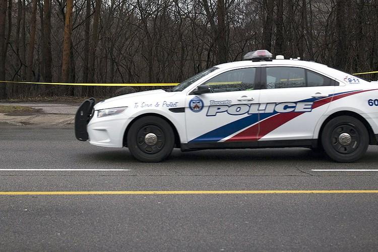 Автомобиль полиции города Торонто во время патрулирования.