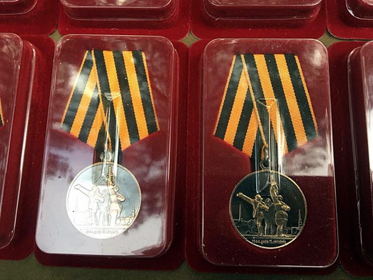 Медали с георгиевскими лентами - совершенно новая для Латвии тема: их специально к 75-летнему юбилею Риги выпустила общественная организация «Орден»
