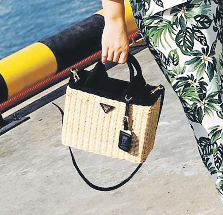 За соломенную сумку Prada Татьяна отдала около 100 тысяч рублей. Фото: instagram.com/bruhunova