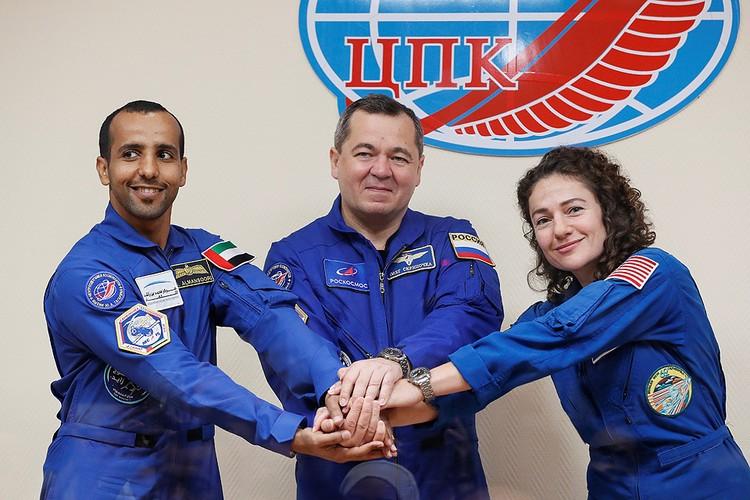 Российский космонавт Олег Скрипочка, американский астронавт Джессика Меир и космонавт Хаззаа аль-Мансури из ОАЭ перед стартом на МКС.