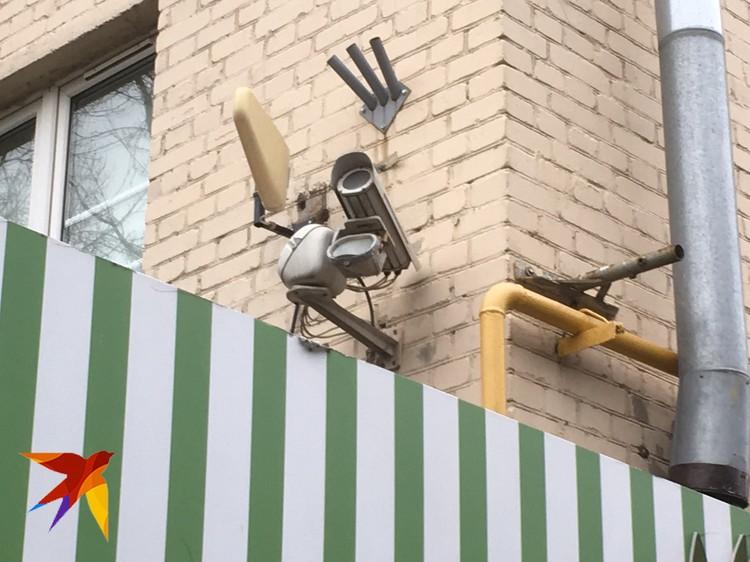 Камера на фасаде дома №21 по Мирскому переулку, направленная на макушки деревьев.