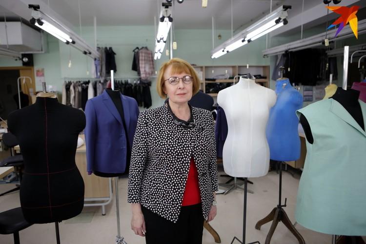 Художник-модельер Людмила Пашкевич рисует эскиз будущего костюма, блузы или платья и продумывает все детали, включая украшения